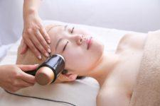美顔器では、フェイシャルケア、首や肩こり、二の腕の引き締めにも効果的です。